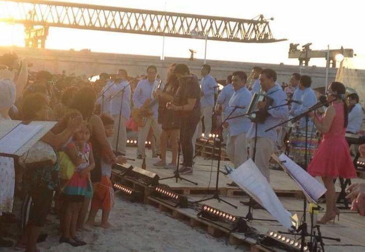 El videoclip fue grabado en marzo pasado en el Puerto de Progreso, ante la presencia de los fans. (Gerardo Keb/Milenio Novedades)