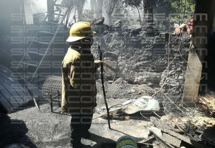 Una de las versiones sugiere que en el incendio, fueron detenidas dos personas, pero esto no fue confirmado por las autoridades policiacas. (SIPSE)