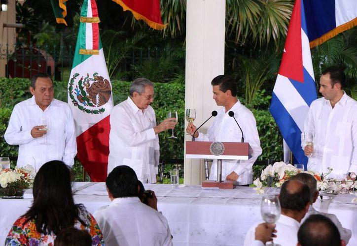 El presidente de Cuba, Raúl Castro (izq), y el de México, Enrique Peña Nieto, compartieron el pan y la sal en la Quinta Montes Molina de Mérida. La imagen corresponde a su encuentro en la Quinta Molina. (José Acosta/SIPSE)