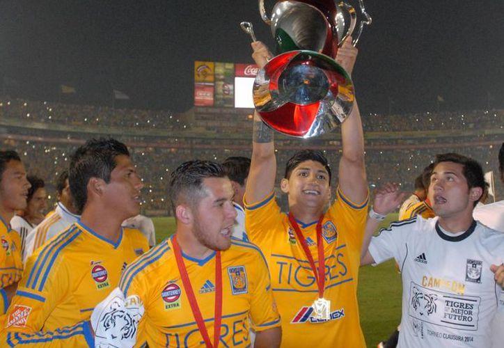 Alan Pulido, seleccionado nacional que busca ser convocado para el Mundial, levanta el trofeo de la Copa MX. (Notimex)