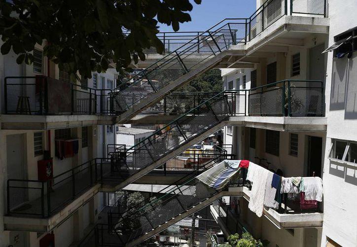 Fotografía tomada el pasado miércoles de una calle de la favela Babilonia, en el barrio turístico de Copacabana en la ciudad de Río de Janeiro. (EFE)