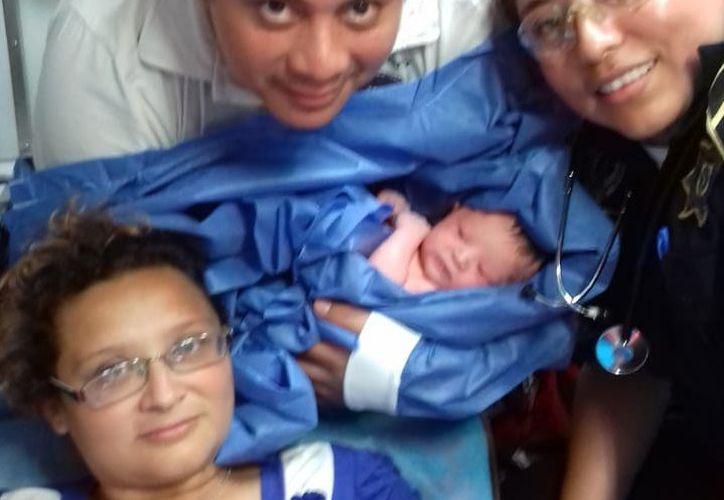 Harumi Guadalupe acudió junto con su esposo Santiago al Sector Oriente de la SSP para pedir que la llevaran al hospital, sin embargo su bebé nació en la ambulancia. (SIPSE)