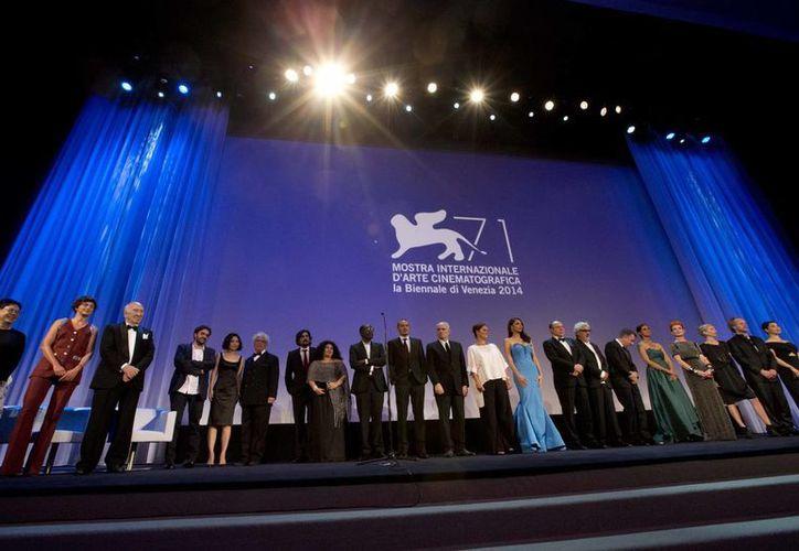 Miembros del jurado de las diferentes secciones del Festival de Venecia durante la apertura del evento. (Foto: AP)