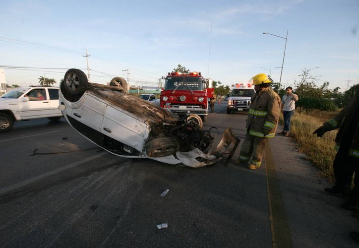 El Fiesta en el que viajaba la pareja que se accidentó en el Periférico quedó con las llantas para arriba. (Francisco Puerto/SIPSE)