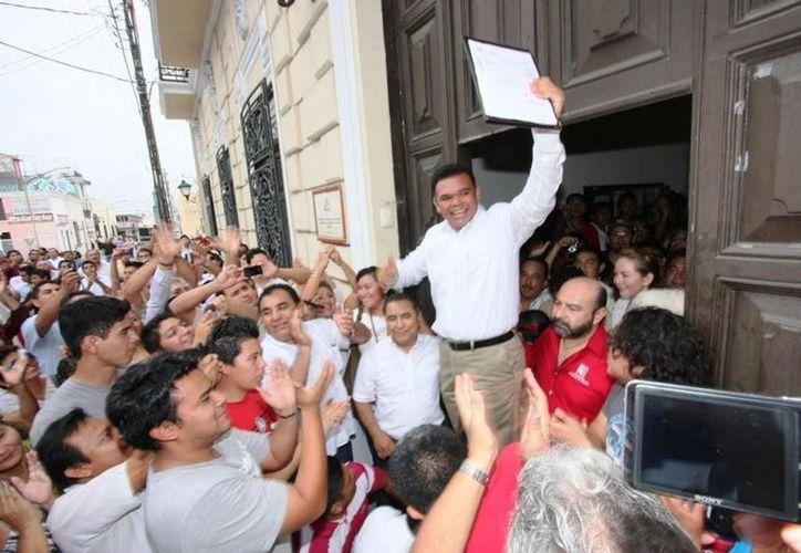 Zapata Bello al momento de recoger su constancia de mayoría en el IPEPAC. (Archivo/Notimex)