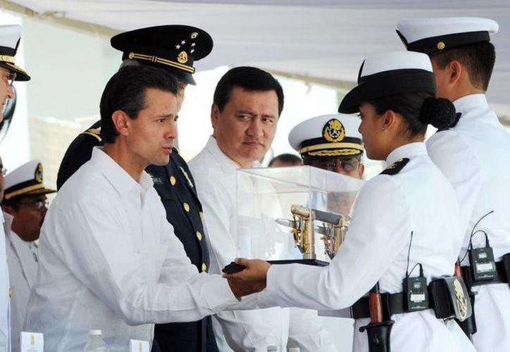El presidente Peña Nieto entregando espadines a cadetes de la Heroica Escuela Naval, el pasado 21 de abril. (Archivo/Notimex)