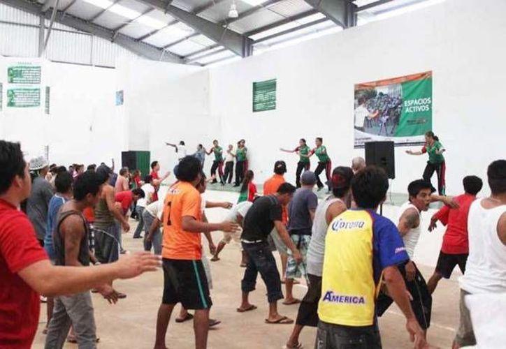 Yucatán se mantiene como uno de los estados más seguros del país. En la foto, internos del Cereso de Mérida durante una rutina de ejercicios. (Fotos Milenio Novedades)