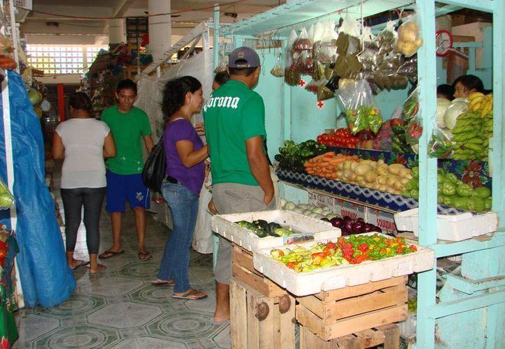 Unos 120 concesionarios exigen al alcade Sebastián Uc Yam  explique en que gasta el municipio el dinero de las cuotas que les cobran. (Manuel Salazar/SIPSE)