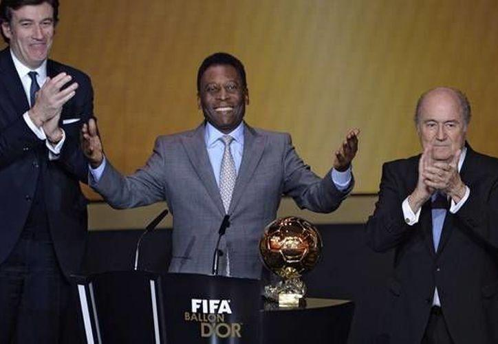 Pelé fue sometido exitosamente a una cirugía de espalda para una descompresión de las raíces nerviosas y se recupera satisfactoriamente. En la foto Pelé durante la ceremonia del FIFA Ballon d'Or 2014. (fifa.com)