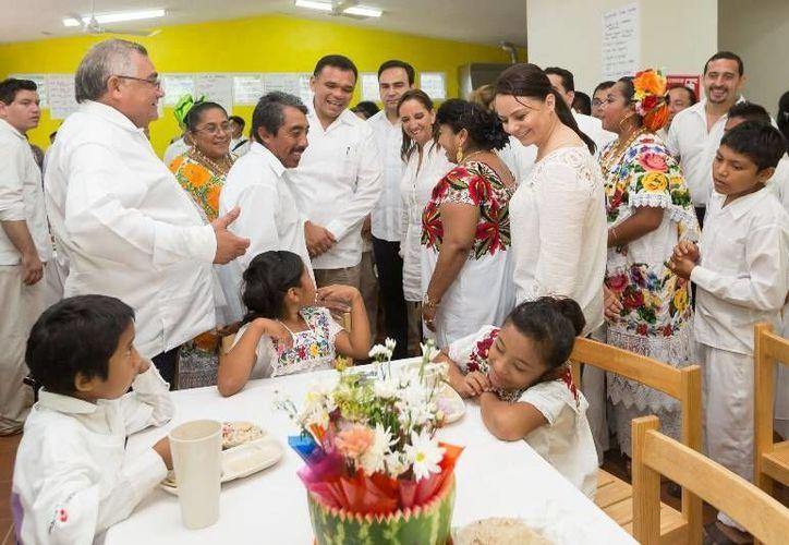 El Gobernador (c), junto con las titulares de Turismo y CDI, Claudia Ruiz Massieu y Nuvia Mayorga, respectivamente, entregó el Albergue Escolar Indígena 'Dr. Alfonso Caso' de Tahdziú. (Cortesía)