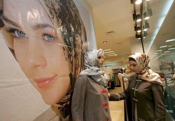 Una mujer chechena observa los diseños de una tienda de ropa para mujeres musulmanas en Grozny, la capital de Chechenia, Rusia. (Archivo/EFE)