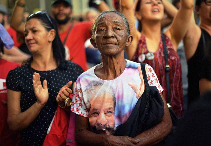 Seguidores de Lula da Silva a las afueras de la prisión en Curitiba. (El Espectador)