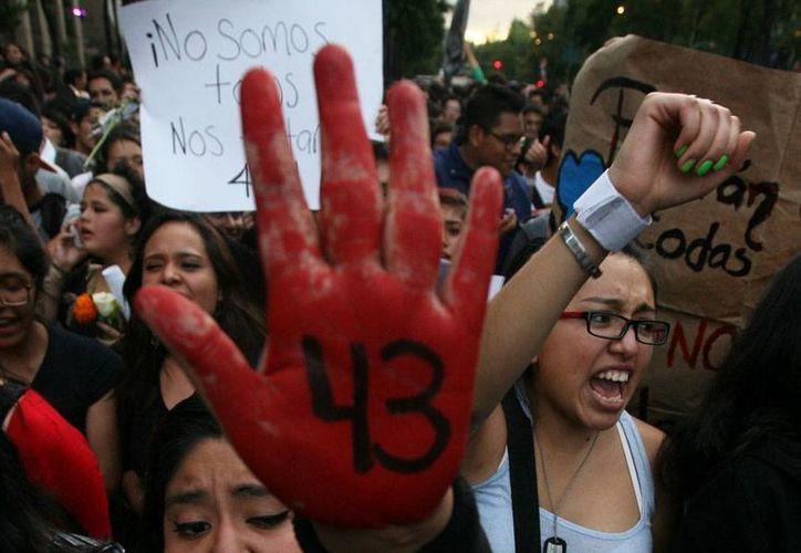 El primer reporte de los hechos en Iguala, Guerrero -en donde desaparecieron 43 normalistas- se dio 2 horas después de que inicio el operativo, según consta en el expediente judicial. La imagen es de contexto y corresponde a una protesta de ciudadanos en pro de las víctimas. (Marco Ugarte/AP)