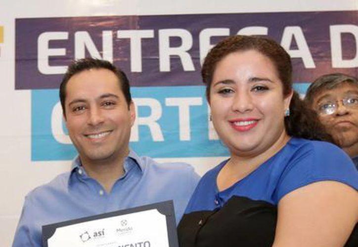 El alcalde Mauricio Vila Dosal con una de las participantes en el taller de capacitación para emprendedores. (Milenio Novedades)