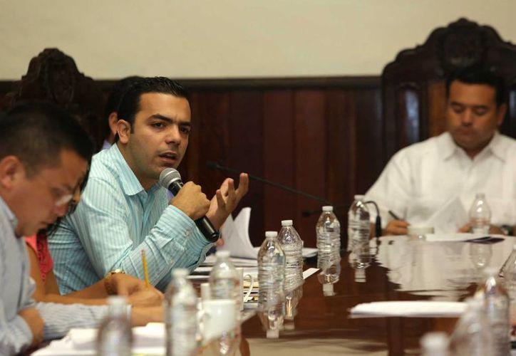 El regidor Elías Lixa Abimerhi en su intervención en la sesión extraordinaria de Cabildo que se realizó este jueves en Mérida. (SIPSE)