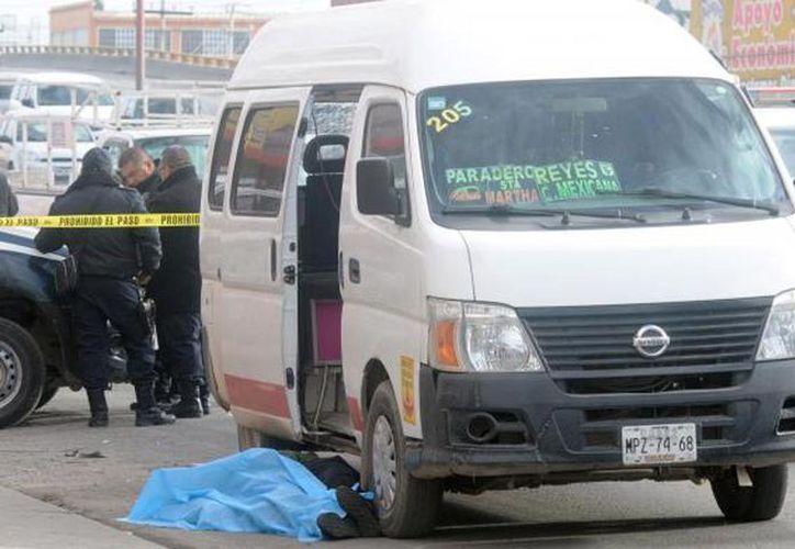 El pasajero disparó contra los delincuentes para evitar un asalto en Naucalpan; hasta el momento no se sabe si el 'justiciero' era militar o policía. (Foto: Internet)