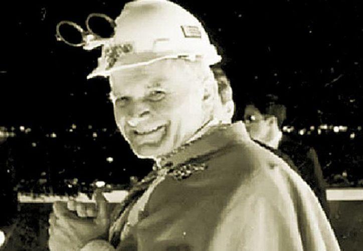 La imagen del recién nombrado Santo Juan Pablo II con un casco de Fundidora Monterrey le dio la vuelta al mundo. (Milenio).
