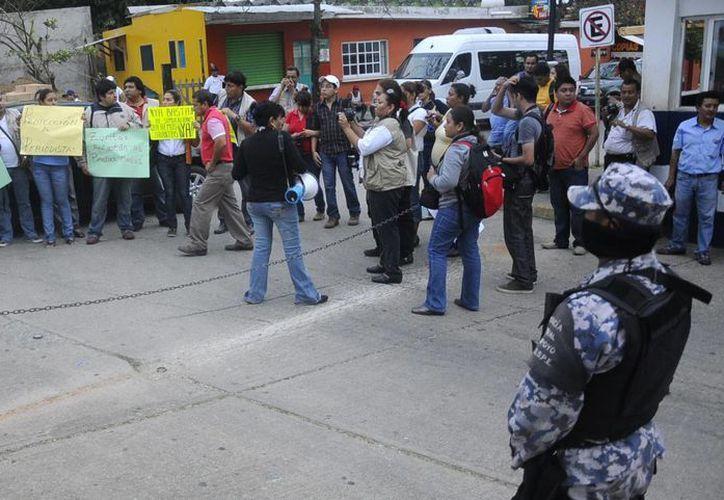 Comunicadores veracruzanos protestan ante un edificio gubernamental por el secuestro del periodista Greogorio Jiménez de la Cruz. (EFE)