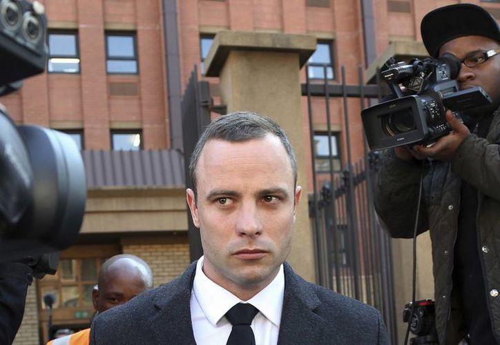 Pistorius abandona la Corte en Pretoria, Sudáfrica, donde es objeto de juicio por el asesinato de su novia a balazos el 14 de febrero del año pasado. (Foto: AP)