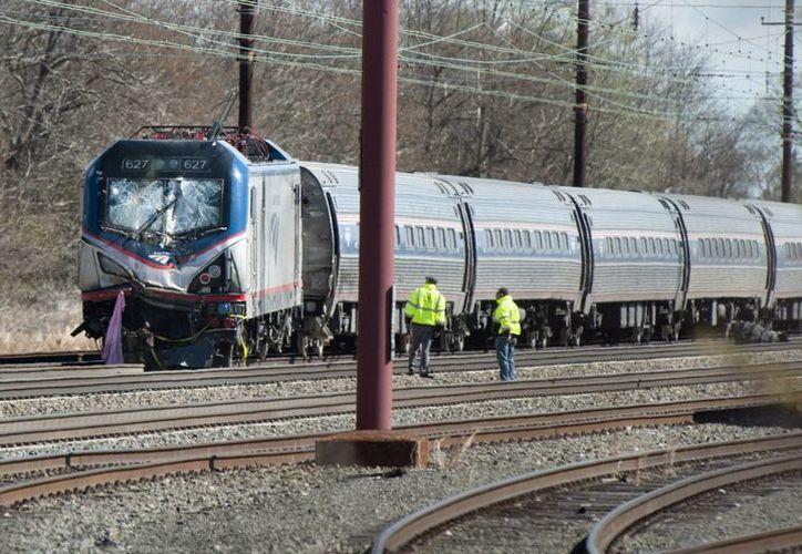 Vehículos y personal de emergencia se reúnen en el lugar donde un tren, que cubría la ruta entre Nueva York y Savannah (Georgia), chocó contra una maquina de construcción que se encontraba en mitad de la vía. (EFE)