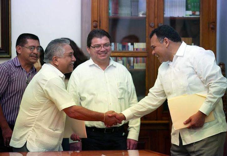 El Gobernador del Estado saluda al dirigente de los trabajadores sindicalizados en el Salón de los Retratos del Palacio de Gobierno. (Milenio Novedades)