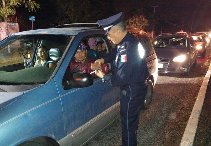 Elementos de la Policía Federal colocaron pulseras de 'Conductor Designado' a los automovilistas que llegaban a las instalaciones de Xmatkuil. (Milenio Novedades)