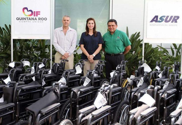 Fueron entregadas al DIF 100 sillas de ruedas. (Cortesía/SIPSE)