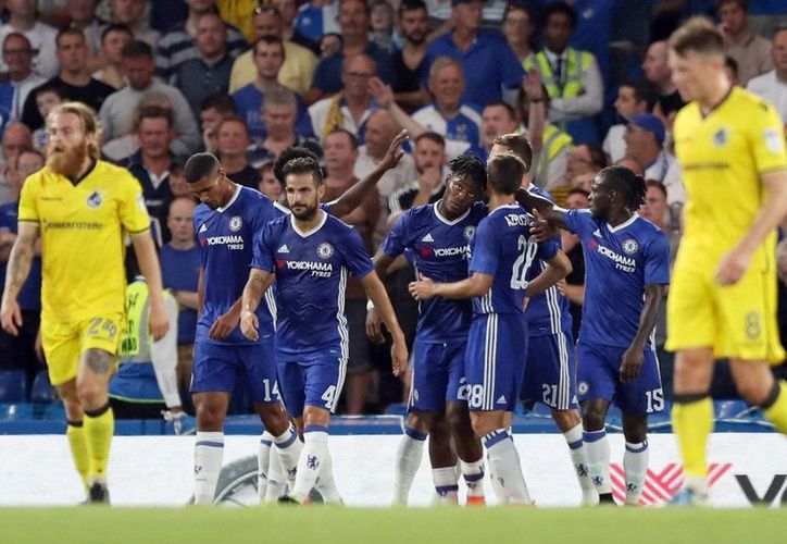 Mientra Liverpool y Everton golearon en la Copa de la Liga inglesa, Chelsea se llevó un susto, pero ganó 3-2 ante Rovers. (AP)