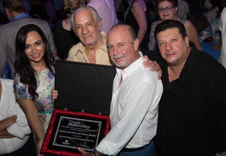 Laura Fernández Piña y el director de la OVC, Jesús Almaguer, recibieron la distinción. (Redacción/SIPSE)
