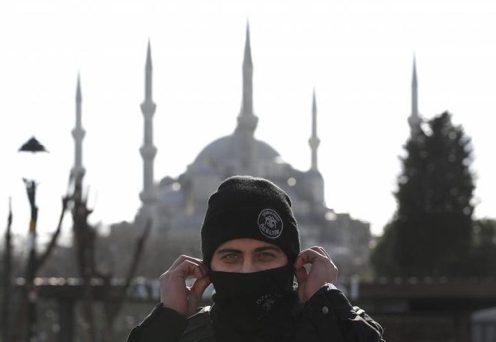 Un policía monta guardia ante la Mezquita Azul en el barrio histórico de Sultanahmet, en Estambul, luego de un ataque suicida en contra de turistas extranjeros. (AP Foto/Lefteris Pitarakis)