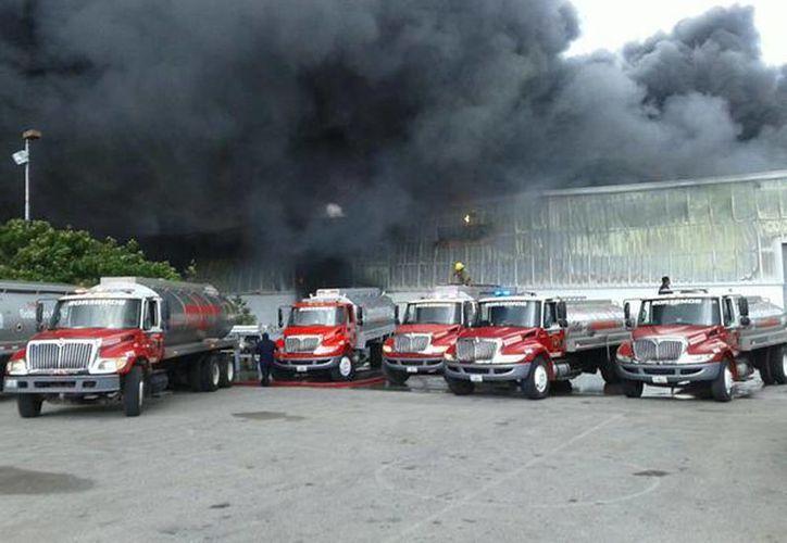 Imagen del incendio en las instalaciones de la empresa Cuauhtémoc Moctezuma, en la ciudad de Mérida. (@PoliciaYucatan)