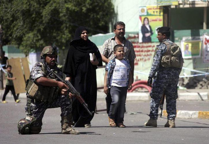 Un par de policías iraquíes vigilan en una calle de Bagdad, la semana pasada. (EFE)