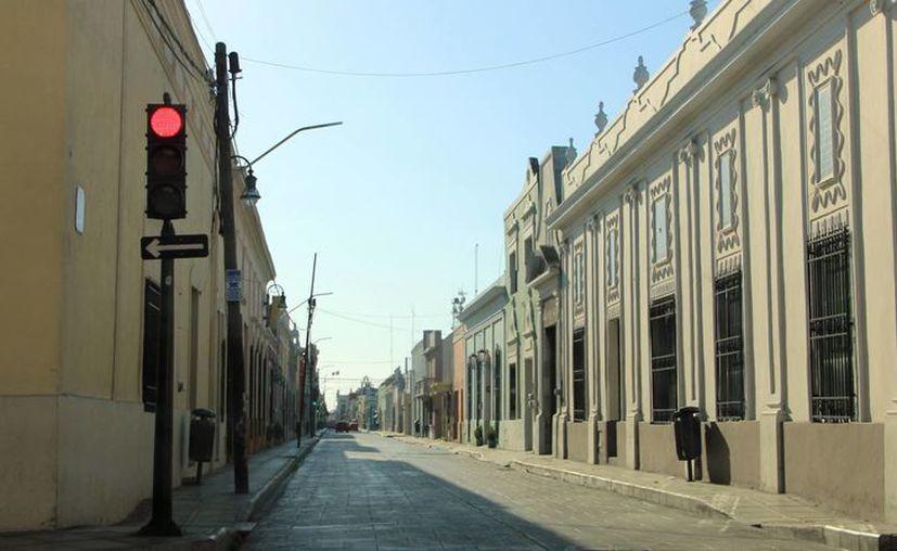 Las calles del centro de la ciudad se vieron prácticamente vacías en horas de la mañana. (José Acosta/SIPSE)