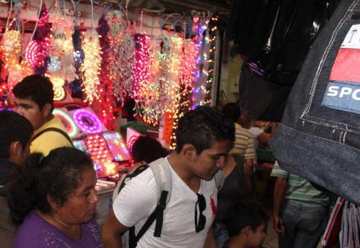 Mientras las ventas de luces y nacimientos aumentan en el mercado Lucas de Gálvez, los de las frutas y verduras siguen 'estancados'. (Milenio Novedades)