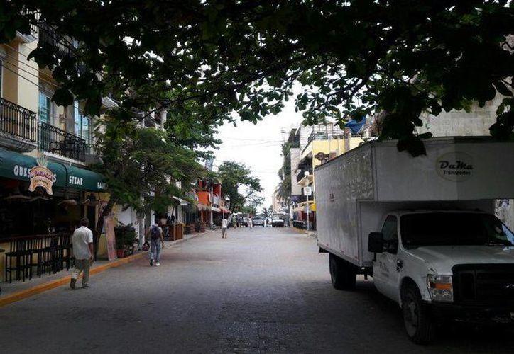 Comercios de la Quinta Avenida de Playa del Carmen se quedaron ayer sin energía eléctrica durante tres horas. (Octavio Martínez/SIPSE)