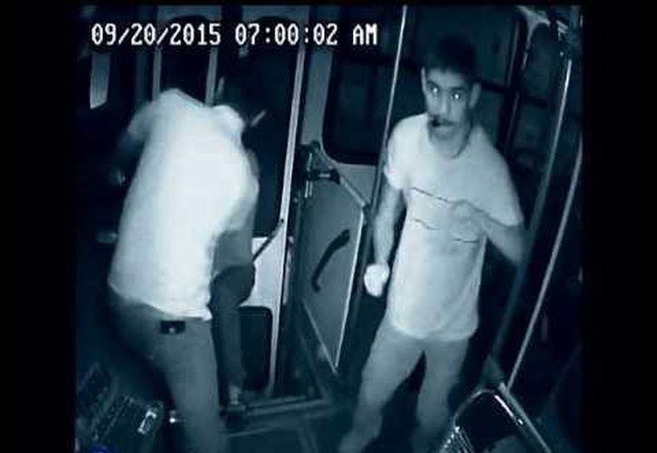 En redes circula el video de un asalto a un autobús de pasajeros de Guadalajara, el cual no logró concretarse por la rápida reacción del chofer y un pasajero discapacitado. (Captura de pantalla/ Youtube.com)