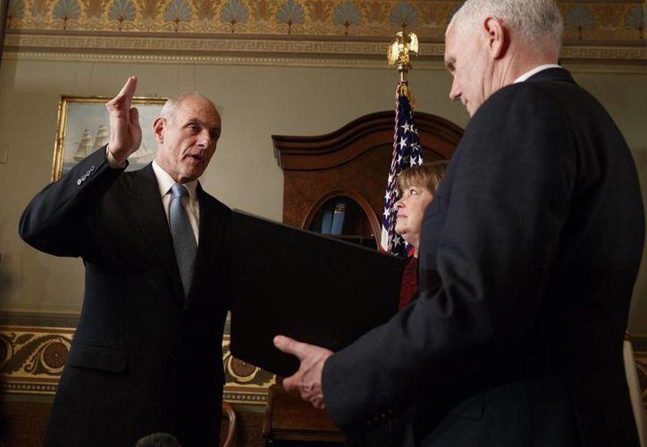 John Kelly juró al nuevo cargo ante el vicepresidente de EU, Mike Pence. (AP/Evan Vucci)
