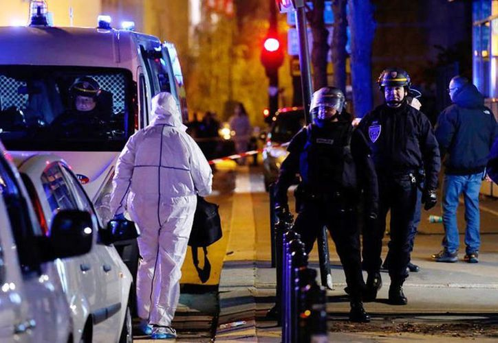 Imagen de un grupo de policias en uno de seis lugares que fueron atacados por terroristas el pasado 13 de noviembre en París. (Archivo/AP)