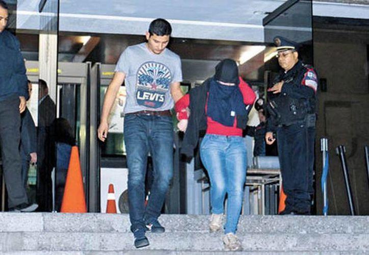 Tras su declaración, Lucero Guadalupe Sánchez López abandonó las instalaciones de la Seido con el rostro cubierto. (Jorge Carballo/Milenio)