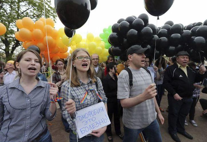Activistas de la comunidad gay gritan consignas durante una manifestación en San Petesburgo. (EFE/Archivo)