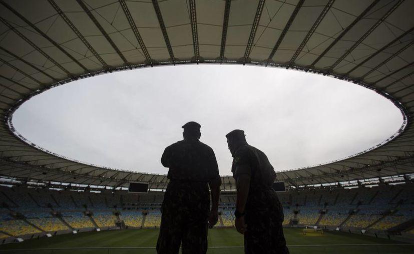 Entre serias dudas el estadio Maracaná se prepara para albergar la final de la Copa Confederaciones y del Mundial 2014. (Agencias)