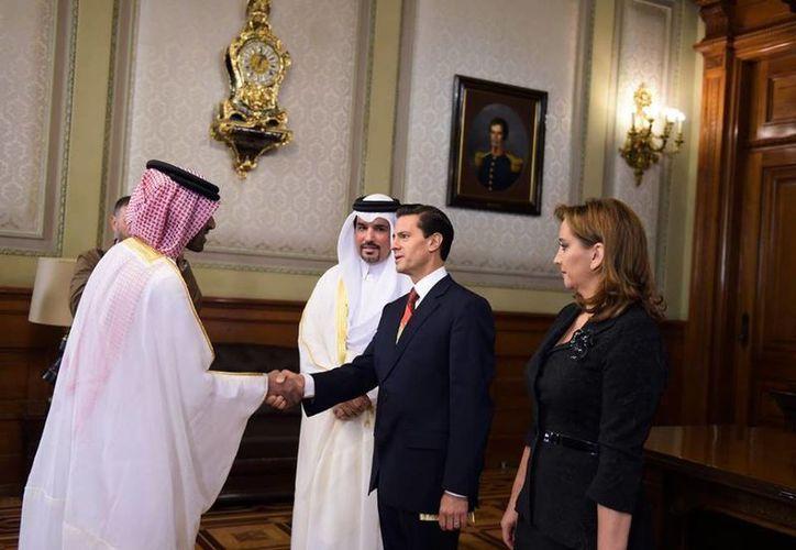 Peña Nieto recibe a la comitiva de Ahmed Abdulla A A. Al-Kurwari, embajador de Qatar, quien aparece a la derecha del mandatario. (Presidencia)