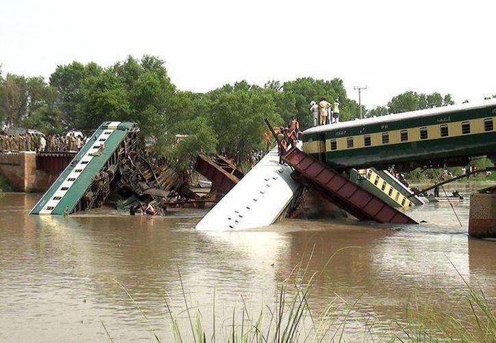 Imagen del rescate después del colapso del puente que desplomó un tren, cerca de Lahore, Pakistán. (AP Photo/Rameez Khan)