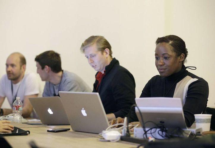 Participantes escuchan a conferencistas en el FinCapDev San Francisco Hackathon, o maratón de piratas cibernéticos, en San Francisco. (Agencias)