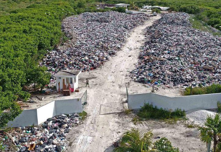 En julio pasado, Novedades Quintana Roo realizó un recorrido por la zona de transferencia en la que se observaba un camino libre de basura; ahora éste ya no existe. (Redacción/SIPSE)