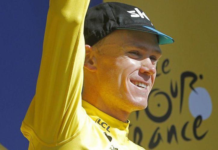 Alexis Vuillermoz ganó la octava etapa de la Tour de Francia, pero Chris Froome mantuvo la camiseta amarilla del líder, en la imagen se observa a Froome celebrando. (AP)