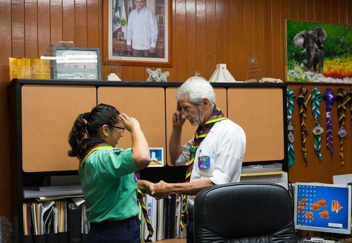 Eduardo Batllori, titular de la Seduma, con la scout ambientalista Daniela Pech Vázquez, quien fue nombrada secretaria de la Seduma por un día. (Fotos cortesía del Gobierno de Yucatán)
