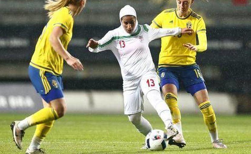 En Irán, los religiosos prohíben las mujeres ir al futbol, debido a que no pueden mezclarse con los hombres.(Foto tomada de Ansa)