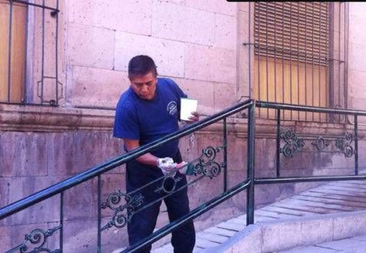 Tras los milagros que le cambiaron la vida, cada año Miguel, de 57 años, acude a pintar los pasamanos y las puertas del Santuario de Guadalupe. (Milenio)