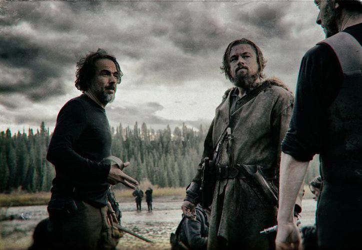 El director mexicano Alejandro González Iñárritu (i) vuelve a ser el centro de atención en Hollywood con 'The Revenant', filme que protagoniza Leonardo DiCaprio (c) y que cuenta con el 'Chivo' Lubezki como director de fotografía. (Imagen tomada de Milenio)